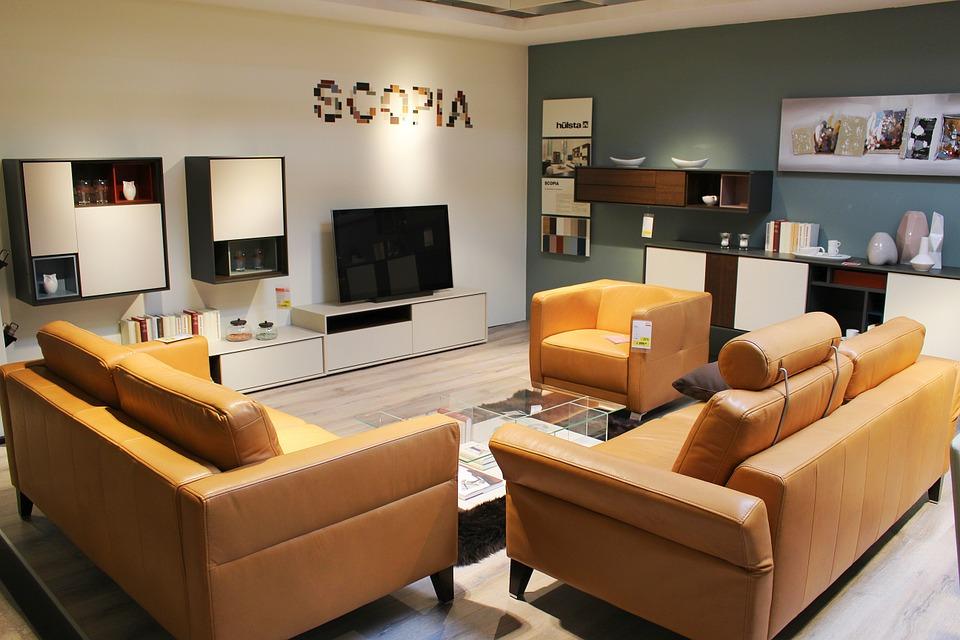 Kožená sedačka v priestornej obývačke