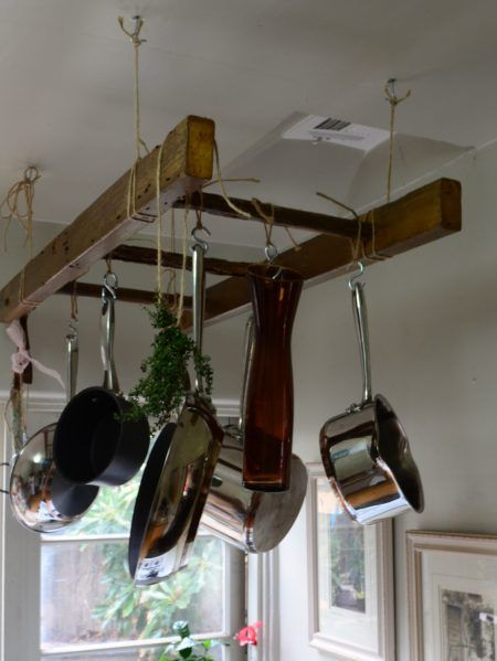 Úložný priestor v kuchyni - rebrík na zavesenie hrncov