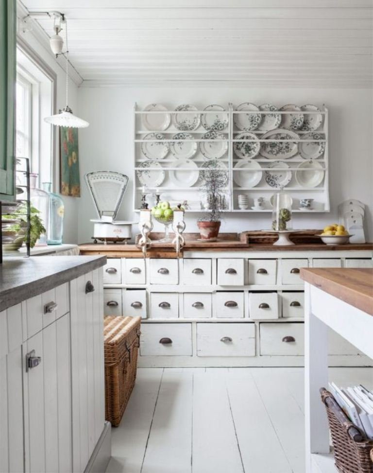 Úložný priestor v kuchyni - stojan na taniere