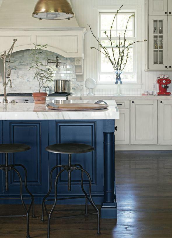 Námornícka modrá a biela kuchyňa