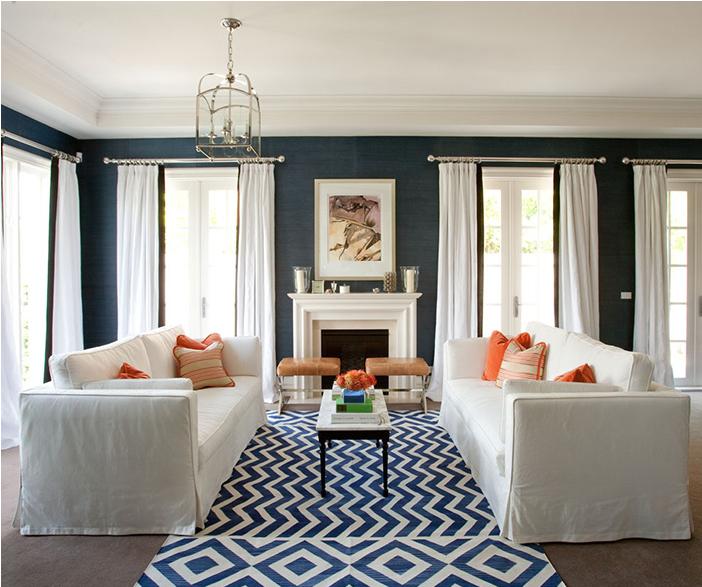 Námornícka modrá a biela v interiéri