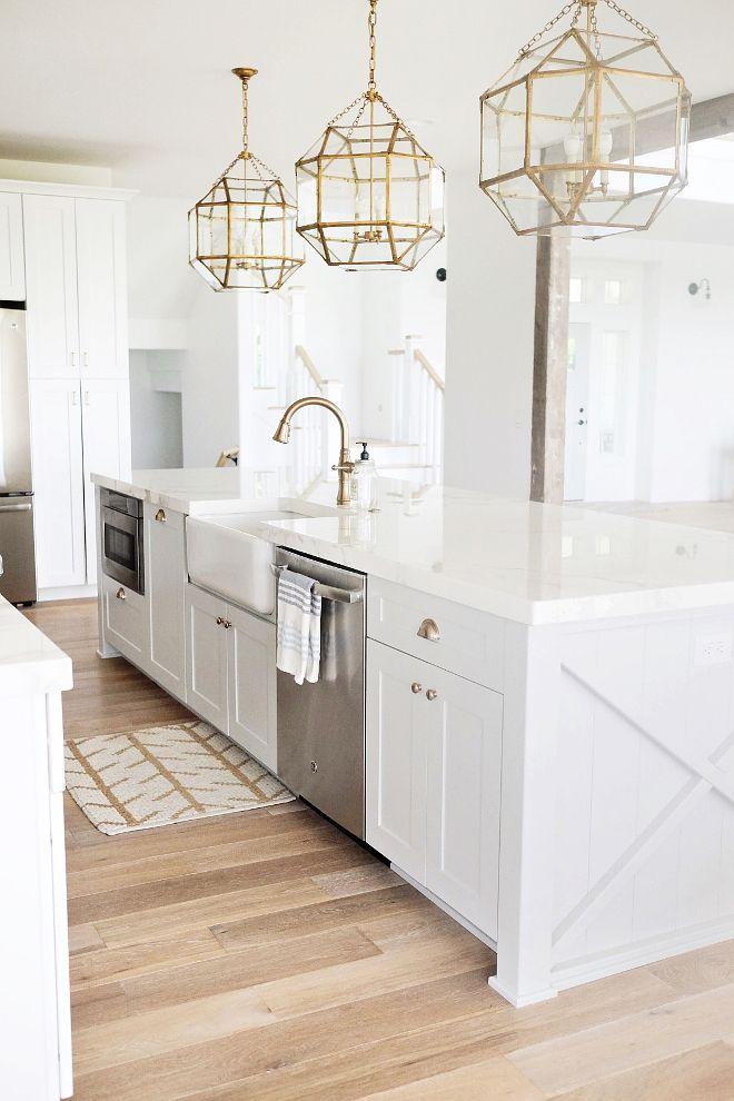 Biela kuchyňa so zlatými doplnkami