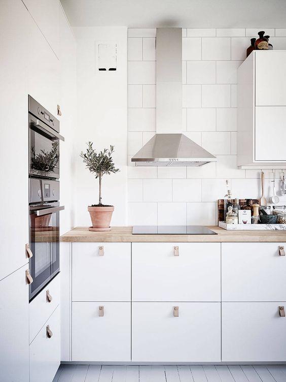Biela kuchyňa so zástenou