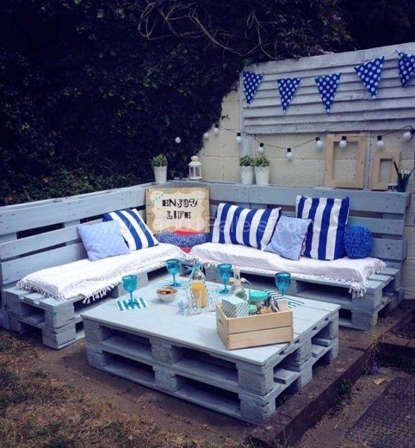 Modré paletové sedenie na záhradu