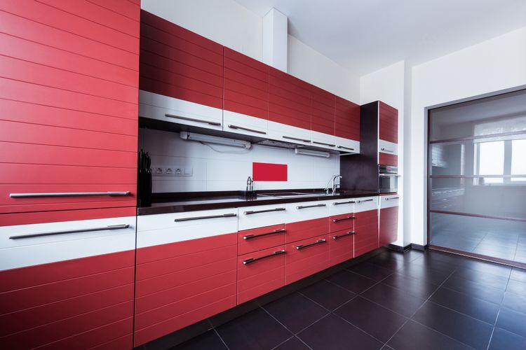 Moderná červená kuchynská linka