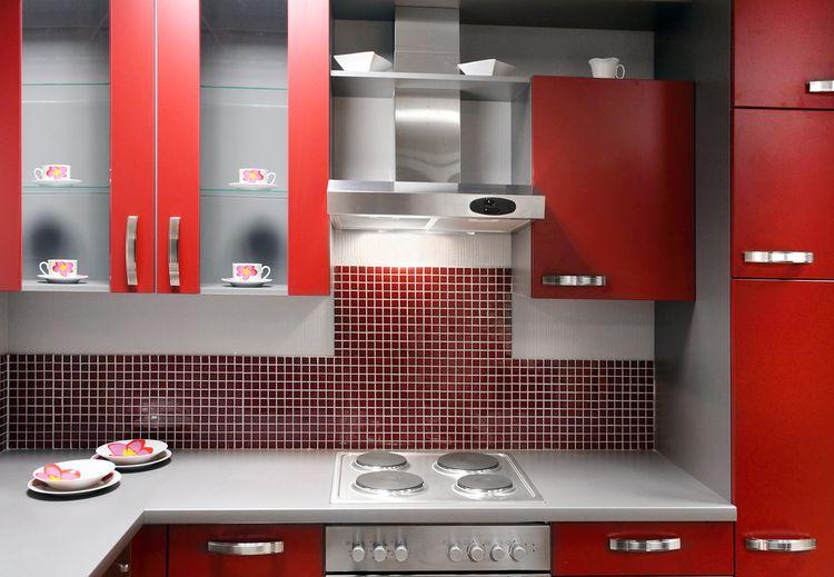 Červená linka v kuchyni