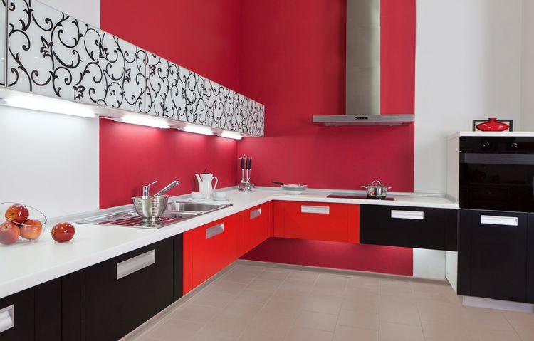 Čierno-bielo červená kuchynská linka