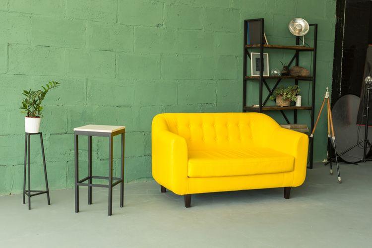 Výrazne žltý gauč