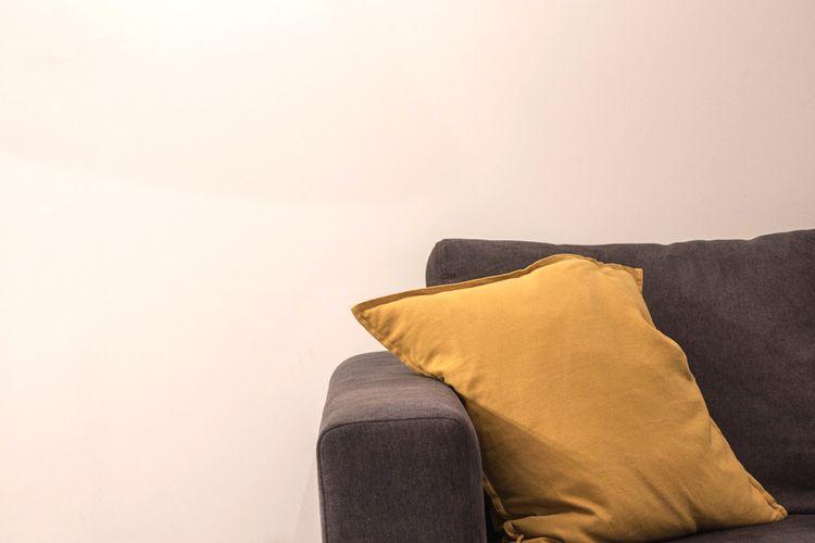 Žltý vankúš na gauči