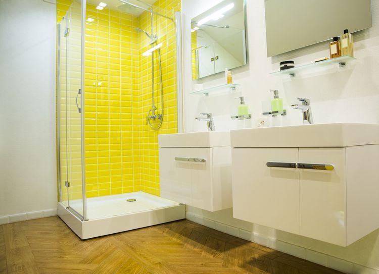 Žltý obklad v sprche