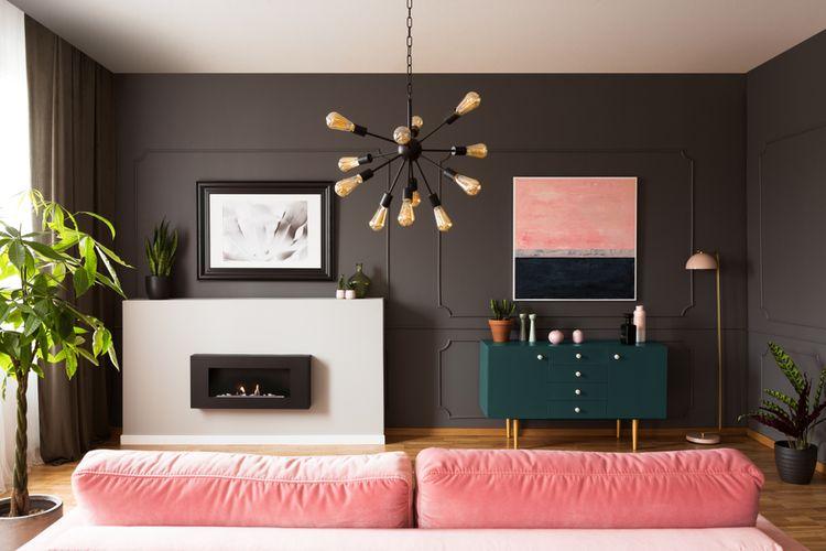 Tmavosivá stena v obývačke