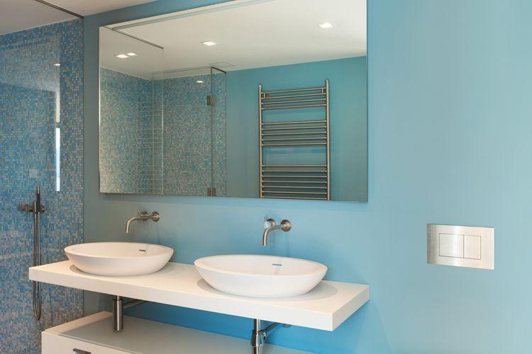Modrá stena v kúpeľni