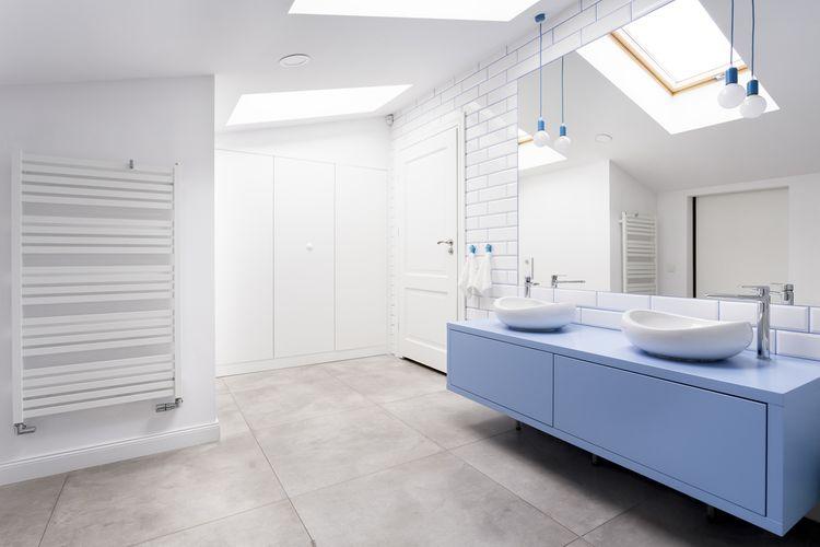 Modrá kúpeľňová skrinka