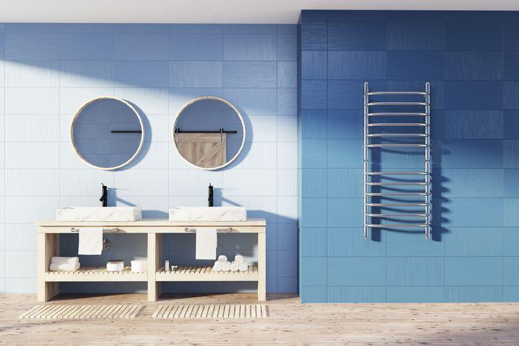 Modré kachličky na stene