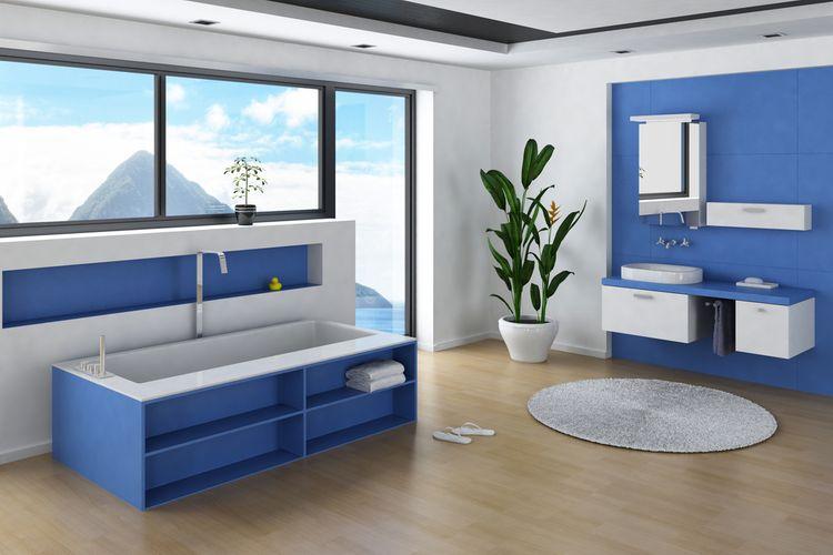 Modrá stena a skrinka v kúpeľni