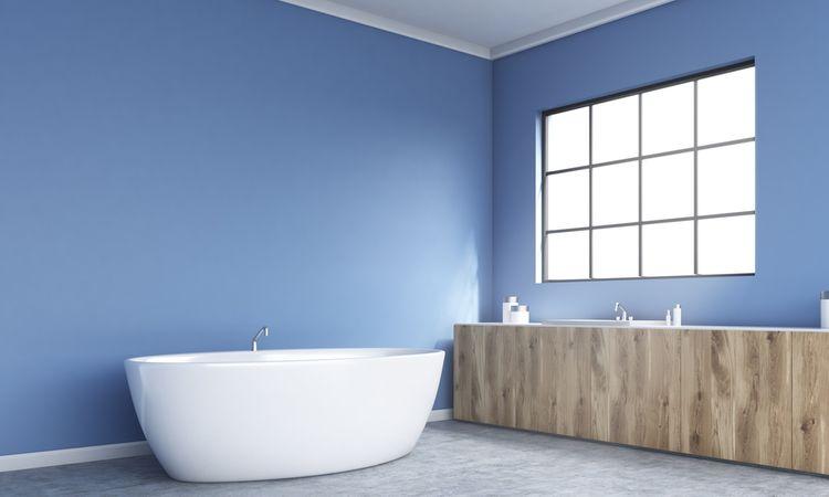 Výrazná modrá v kúpeľni
