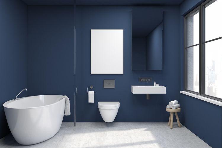 Tmavomodrá stena v kúpeľni