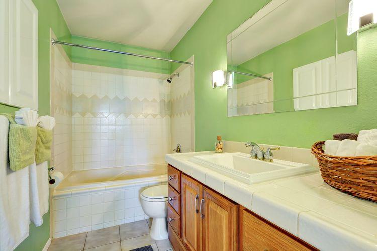 svetlozelená stena v kúpeľni