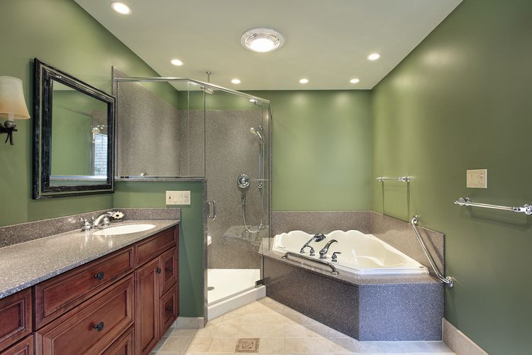 Tmavozelené steny v kúpeľni