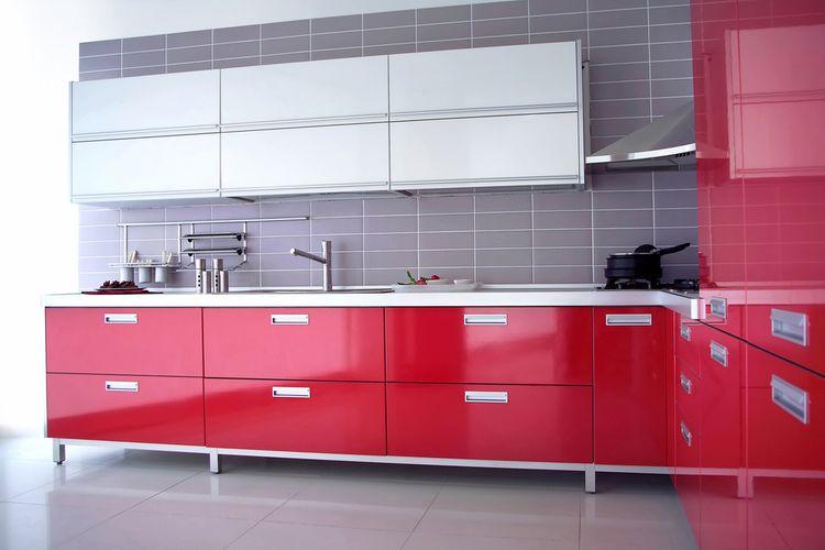 Lesklé červené kuchynské skrinky