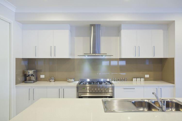 Biela kuchyňa s kovovými doplnkami