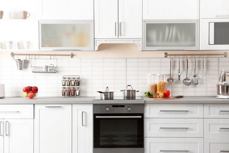 Biela kuchyňa s nerezovým sporákom
