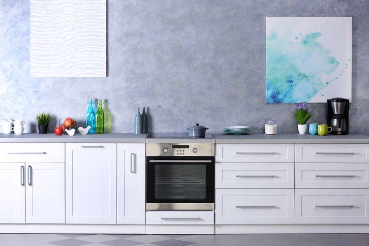 Biela kuchyňa so sivou stenou