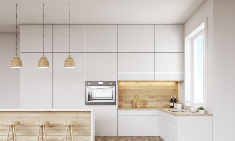 Biela kuchynská linka s drevenými doplnkami