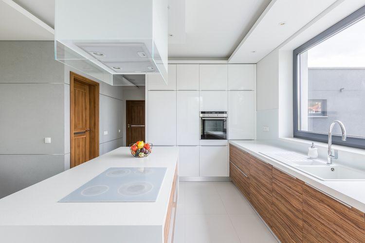 Biela kuchynská linka kombinovaná s drevom