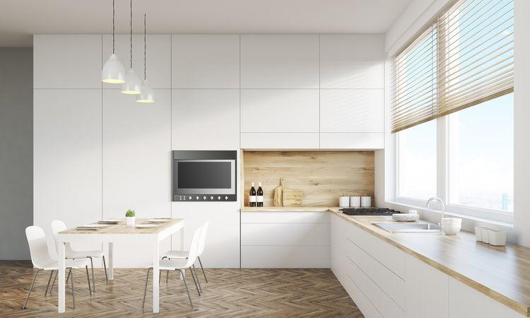 Biela kuchynská linka s drevom