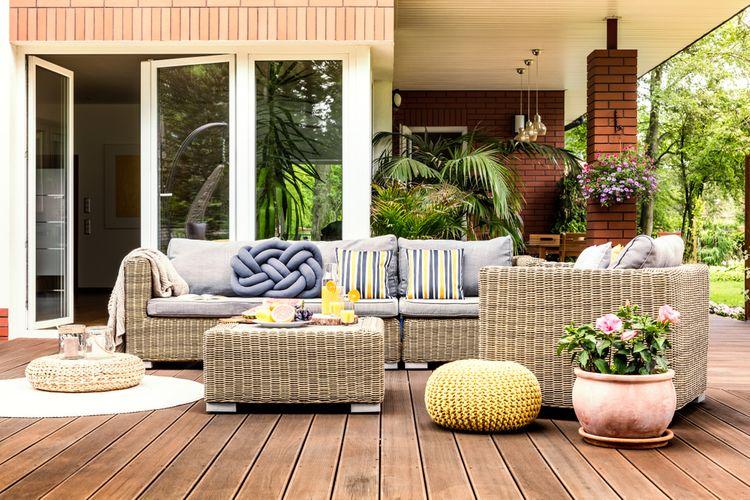 Drevená terasa s nábytkom