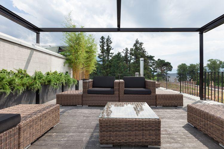 Presklenná terasa s nábytkom