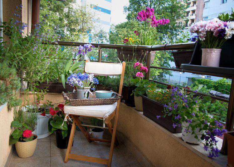 Balkón s kvetmi