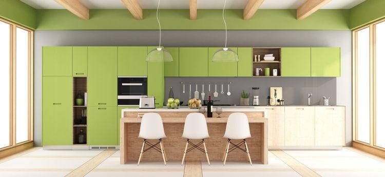 Zelená kuchyňa kombinovaná s drevom