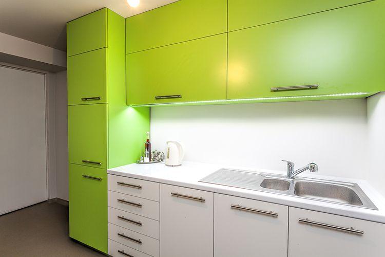 Zelené kuchynské skrinky