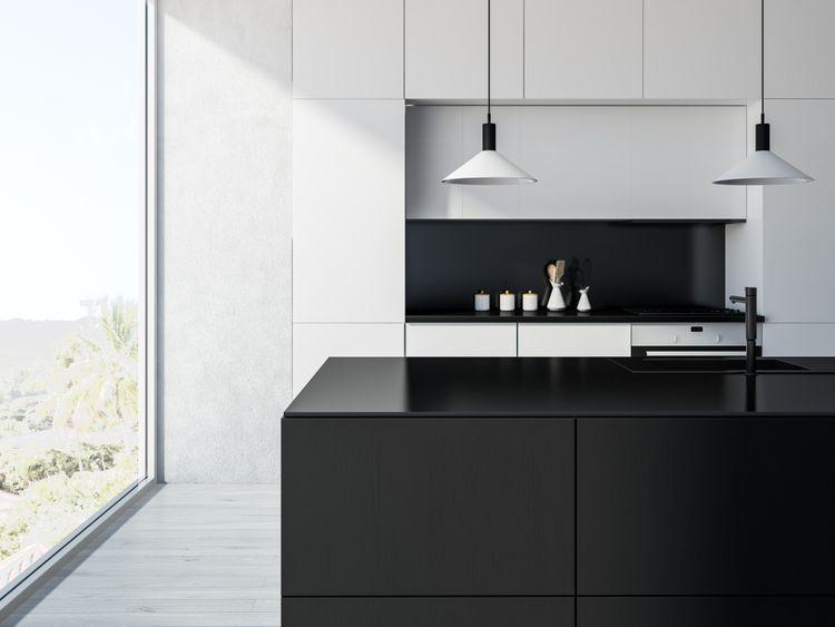 Biela kuchyňa s čiernym ostrovčekom