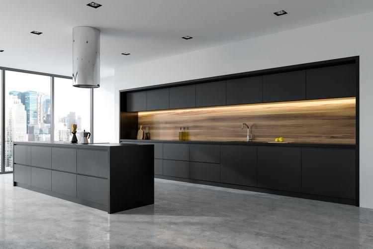 Čierna kuchynská linka a biela stena