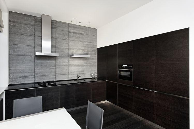 Čierno-biela kuchyňa v kombínácii so sivou