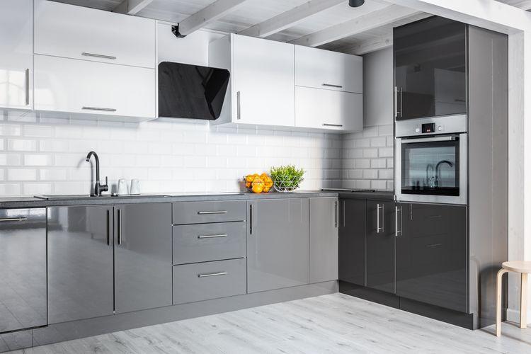 Čierno-bielo-sivá kuchyňa