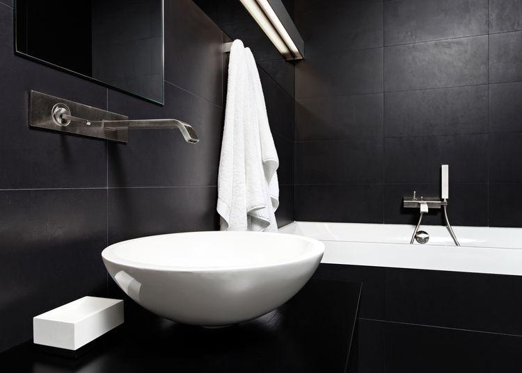 Čierna kúpeľňa s bielym umývadlom