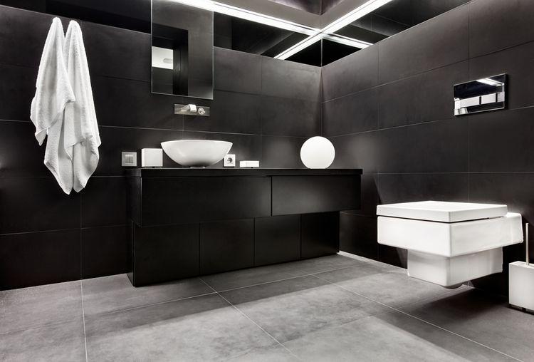 Čierna kúpeľňa s bielymi doplnkami