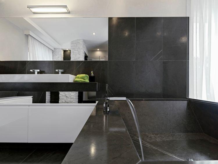 Čierna kúpeľňa s bielymi skrinkami