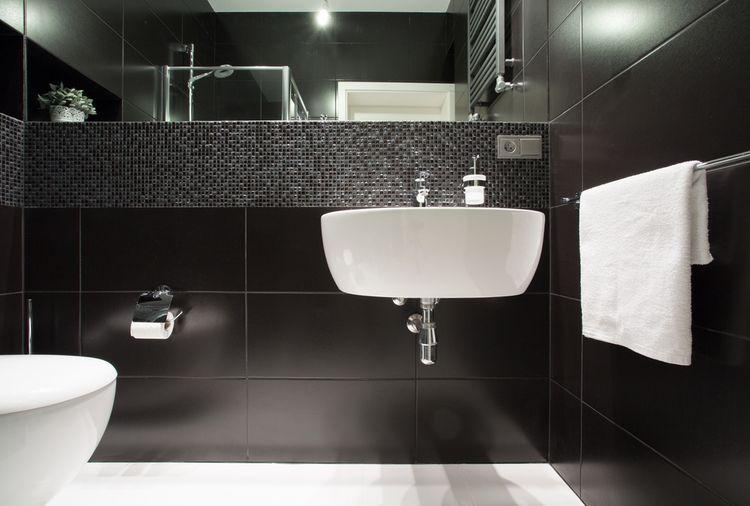 Čierne steny v kúpeľni