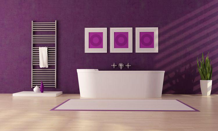 Fialová stena v kúpeľni
