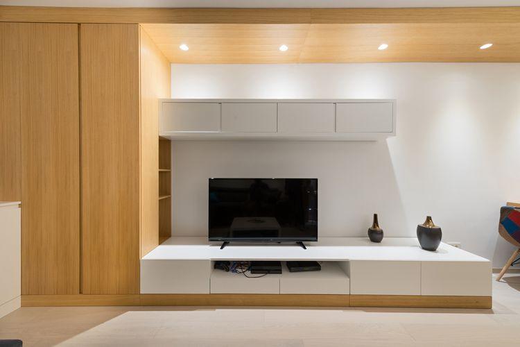 Biela skrinka pod televízor kombinovaná s drevom