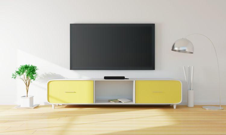 Žlto-biela skrinka pod TV