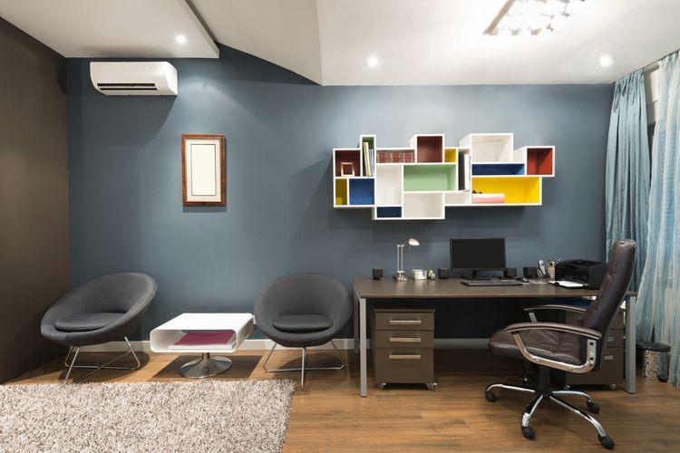 Študentská izba s modrou stenou