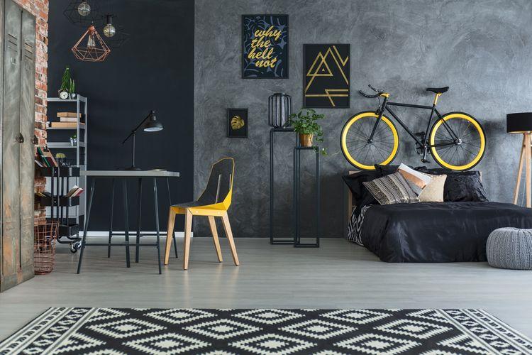 Tmavá študentská izba s bicyklom