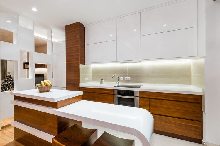Drevodekorová kuchyňa kombinovaná s bielou