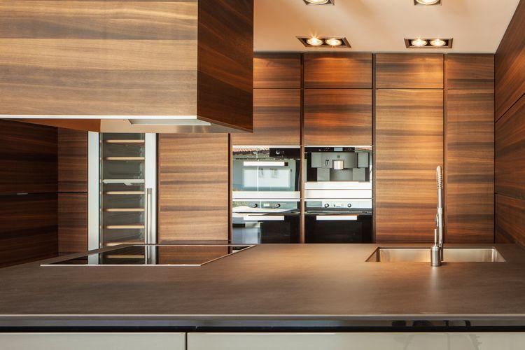 Moderná tmavá drevodekor kuchyňa
